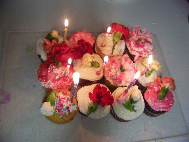 Cupcakes with fresh flowers
